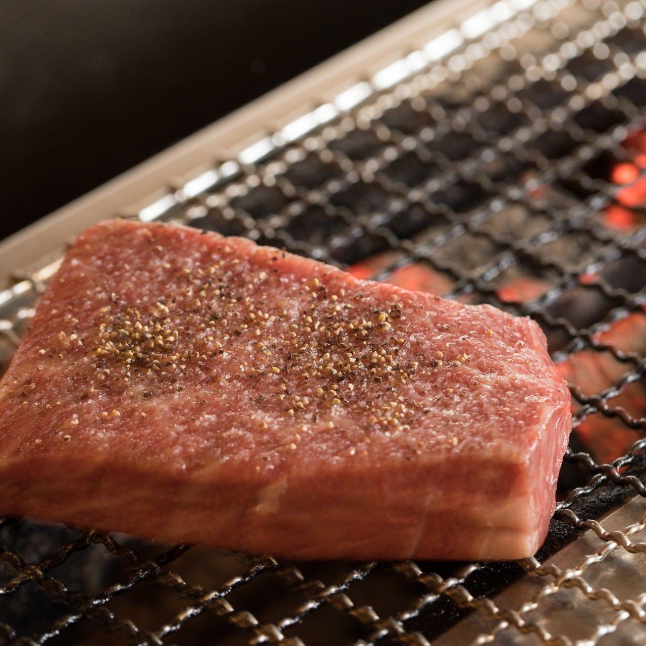 ステーキは豪快に厳選牛の塊を炭火で