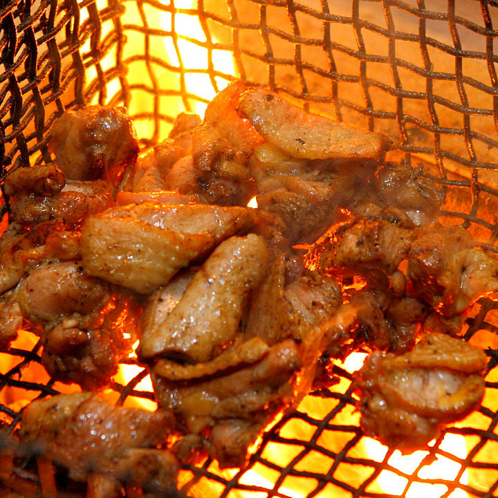 直接炭火で焼くのが九州のバラ焼きスタイル!