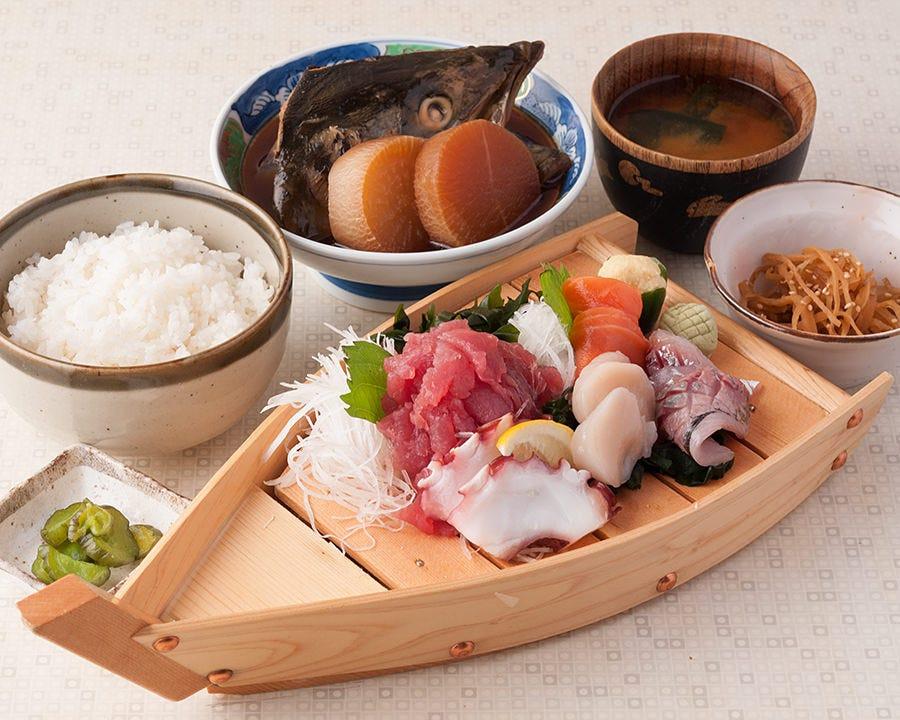 その日に仕入れた鮮魚をランチで味わえます!
