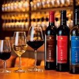 品種ごとの個性豊かな味わいのワインをグラスで飲み比べ出来ます