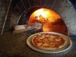 ピッツァの香ばしい美味しさは、薪をつかっているからです!