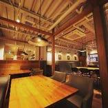 【2Fテーブル席】木のぬくもりを感じさせるおしゃれな雰囲気|4名様×5卓・2名様×3卓