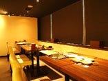 様々な人数にもご対応OK!!白い空間がキレイな『テーブル席』 3名様~最大20名様ほどがご利用いただけるテーブルフロアのお席★ 簡単にパーティー感覚でのご利用がオススメ♪サプライズも超協力します!!