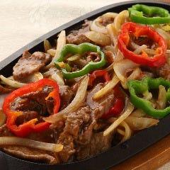 牛肉の鉄板焼き(黒コショウ)