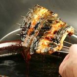 材料は醤油と味醂に鰻の旨味のみ。200年継ぎ足しの秘伝のたれ。