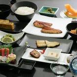 蒲焼・白焼を主役とした季節の献立が並ぶコース9720円より