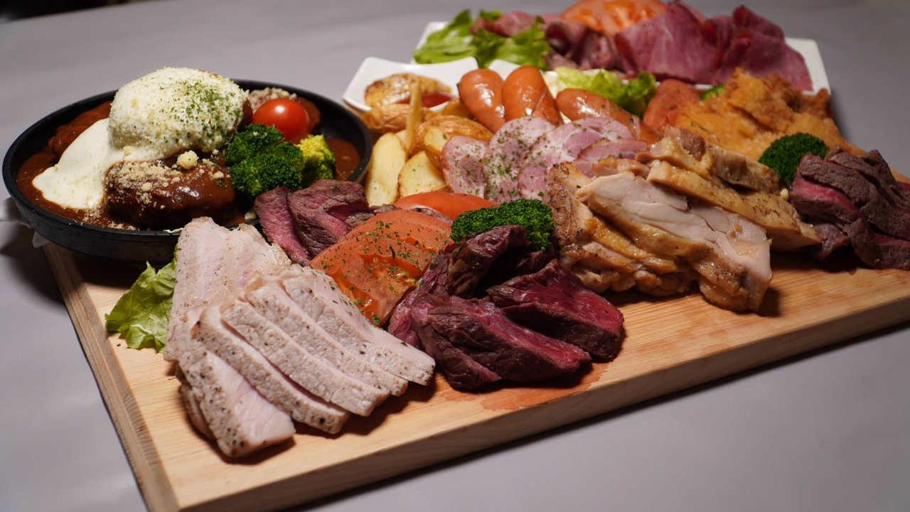 全10種の肉を盛り込んだ総重量1kgオーバーの肉盛りプレート!