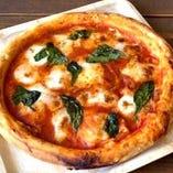 モッツァレラとバジルのトマトピザ