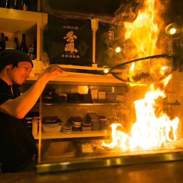 頭上まで登る豪快な炎!炭火で 一気に焼き上げる名物「黒焼き」