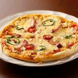 焼き立てピザは、とろっとしたチーズがやにつきに!