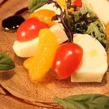 季節のフルーツとモッツアレラのカプレーゼ