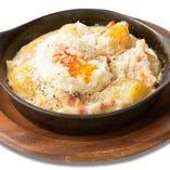 半熟卵とチーズの温かいポテトサラダ