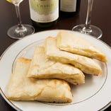 お好きなナンと合うワインを。人気はチーズナンと赤ワイン。