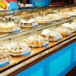 自家製ケーキを使ったデザートプレートは、絵皿もオーダー可能!