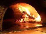 薪で焼くピッツァは格別です