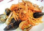 当店名物!!ナポリの漁師風 魚介のトマトソースのリングイネ