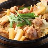 辛口ダレで地鶏を石鍋で野菜と炒めて食す『ちゃんちゃん焼き』