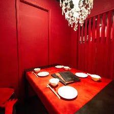 赤を基調とした魅惑的な空間でお食事