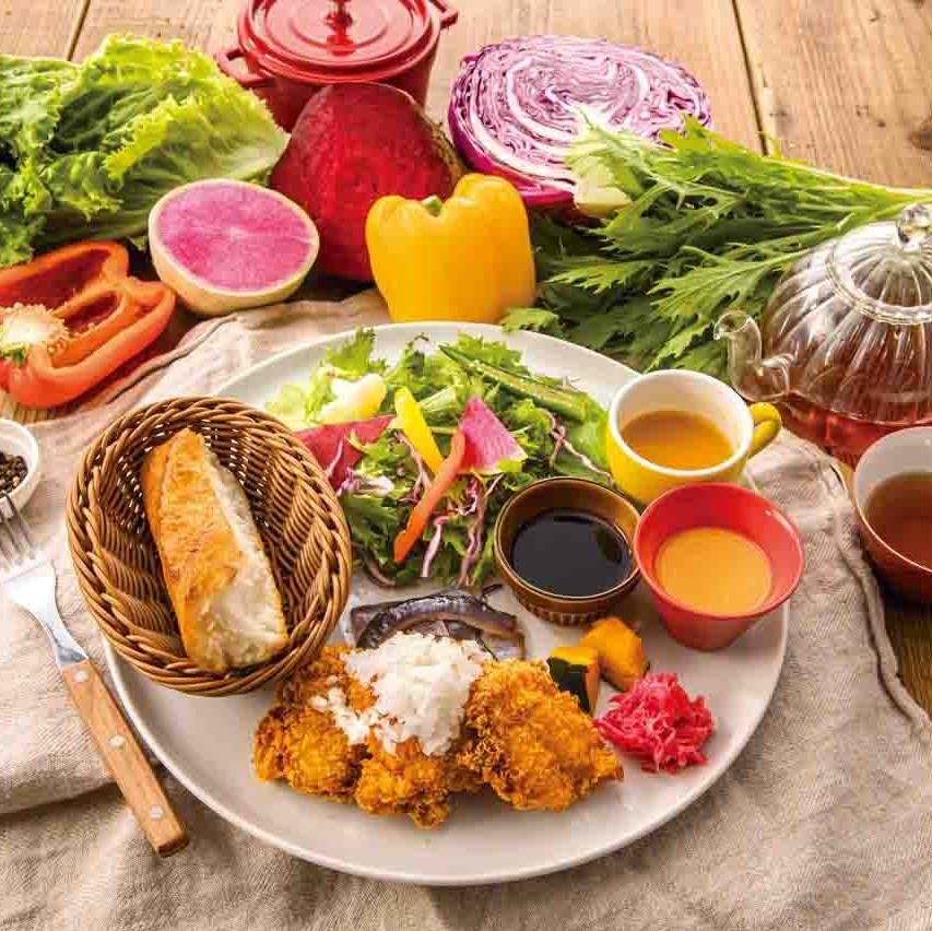 彩り豊かで豪華なファーマーズキッチンのランチプレート!