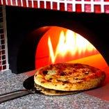 300℃以上で焼き上げる本格石窯ピザ
