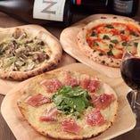 横浜で唯一、ピザ生地が選べます!手前のミミがカリっとミラノ風のピザと、奥のミミがモッチリナポリ風ピザをご用意♪もちろんどちらも、イタリア産粉から1から作ったのこだわりの石窯ピザです!