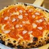 サラミとガーリックのピザ