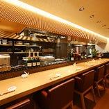 目の前で調理を眺められるカウンター席は、大人のデートにも最適