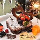シャンパンとケーキがセットになった記念日パッケージをご用意