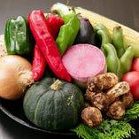 厳選した地鶏と合わせるのは、季節ごとの新鮮な野菜。大将自ら毎朝仕入れに出かける市場には、地元・兵庫の野菜をはじめ全国から取り寄せた旬の野菜が盛りだくさんです。