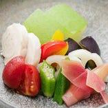 丁寧な仕事が光る「手間を掛けた夏野菜の酢の物と炊き合わせ」