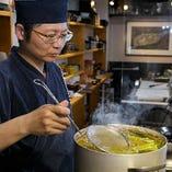 料理のベースになっているのは、宮崎地鶏から取った特製の鶏がらスープ。幾種類もの香味野菜と本格割烹で磨いた和食の技でじっくりと火を入れます。