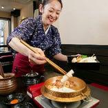 店を切り盛りする女将の笑顔も、この店の特徴のひとつ。すき焼きはお客様の前で女将が調理し、美味しい状態で召し上がっていただきます。