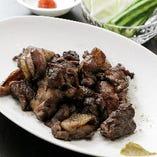 名物の宮崎地鶏塩焼は、炎に包んで香ばしさを加えます