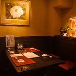 【テーブル個室/3~6名様】黒と赤を基調とした、落ち着いたシックな和空間