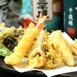 ギリギリの温度から生まれる食感はプロの味。サクサクの天ぷら