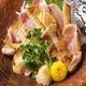 カリカリな皮が美味しい地鶏のたたきをサッパリとポン酢でどうぞ