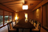 【龍泉】の間。池の望める数寄屋造り12畳の純和室。