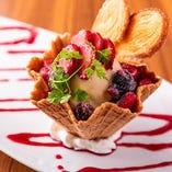 食べ応えがあるデザート「いちごベリーパフェ」