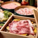 「蒸ししゃぶ」は、せいろで蒸したお肉や野菜を、しゃぶしゃぶのスープにくぐらせて味わうお鍋です