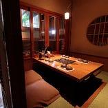 当店のお席は掘りごたつ式やソファー席など大小多彩な個室席