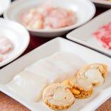 新鮮な海鮮、野菜、豚、鶏など、焼肉で色々ろ楽しめます。