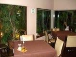 窓の外は緑がいっぱい☆個室感覚の部屋は貸し切りにも最適!
