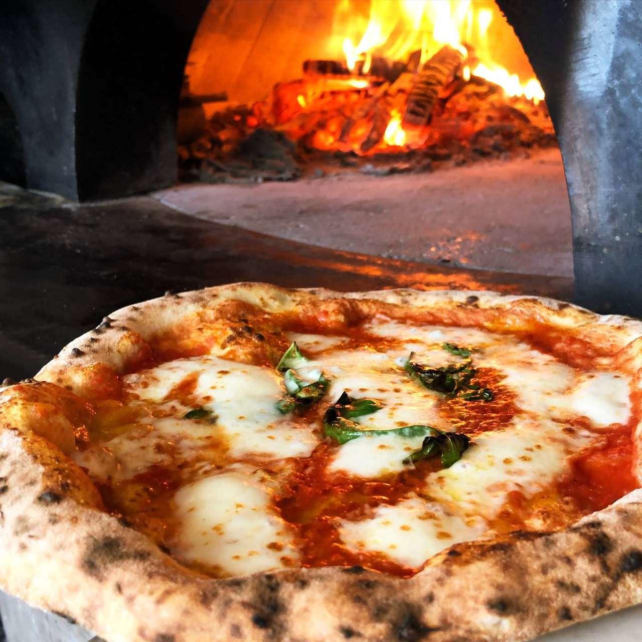 石窯で焼く15種類の本格ピザ★