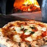 大型窯で焼く本格ピザ!外はカリッと中はモチモチに焼き上げます
