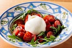 プーリア直送ブッラータ トマト添え / Burrata Imported Straight from Puglia (Served with Tomato)