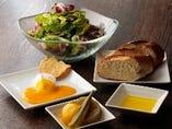 ◇手軽な一品◇ チーズやオリーブの実など、おつまみも豊富