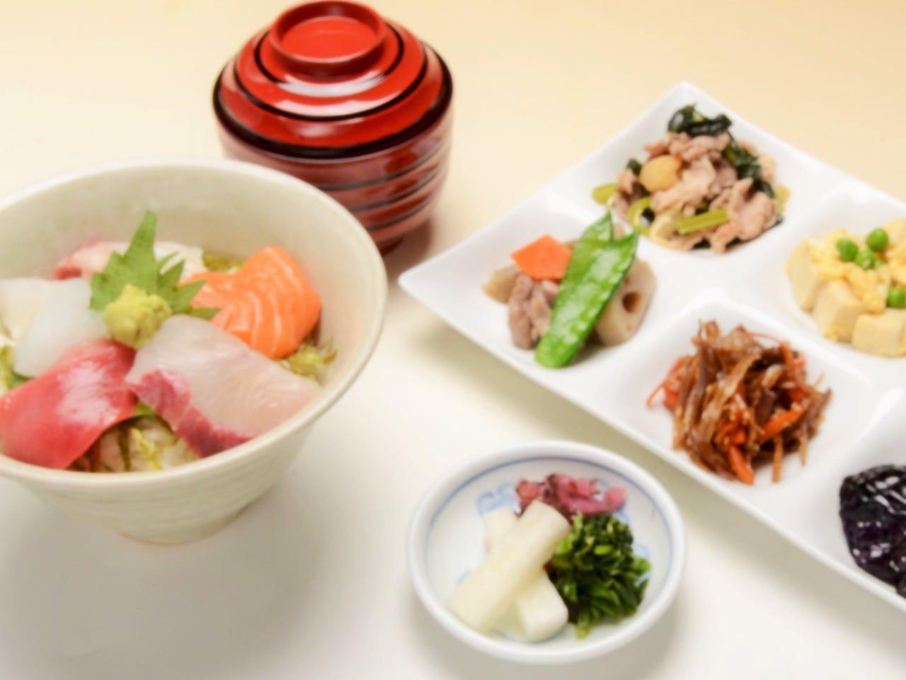 本鮪入り海鮮丼 (おばんざい付)