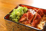 ランチ1番人気メニュー! 【和牛ステーキ重】ほかほかご飯に、鉄板で焼いた和牛とソースのハーモニーがたまりませんっ(^^)お味噌汁付き
