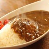 ランチメニュー【和牛ミンチカレー】 680円 じっくりとミンチ肉と玉ねぎを煮込んだ特製カレー 素朴だけど忘れられない味と定評