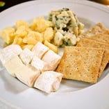 世界各国のチーズ盛り合わせ